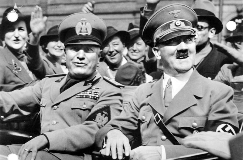 Dittatori legalitari Hitler Mussolini